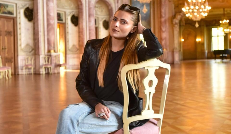 """Kleine Dreh-Pause im großen Festsaal. Sophia Thomalla schwärmt vom Schloss: """"Ein großes, faszinierendes Bauwerk mit wunderschönen Details!"""" Foto: HENNING SCHEFFEN PHOTOGRAPHY"""
